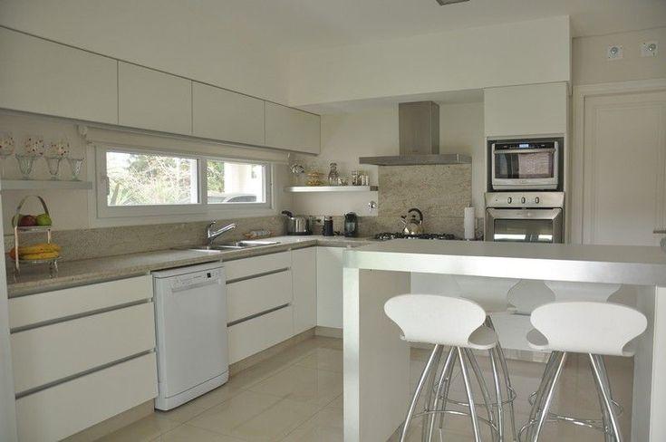 Mueble de cocina en melamina blanca | LESAR AMOBLAMIENTOS | Fábrica, venta y colocación de muebles, amoblamiento de cocinas, vestidores, modulares, muebles a medida, muebles de living, mesas de comedor, muebles para dormitorio #mueblesdecocina