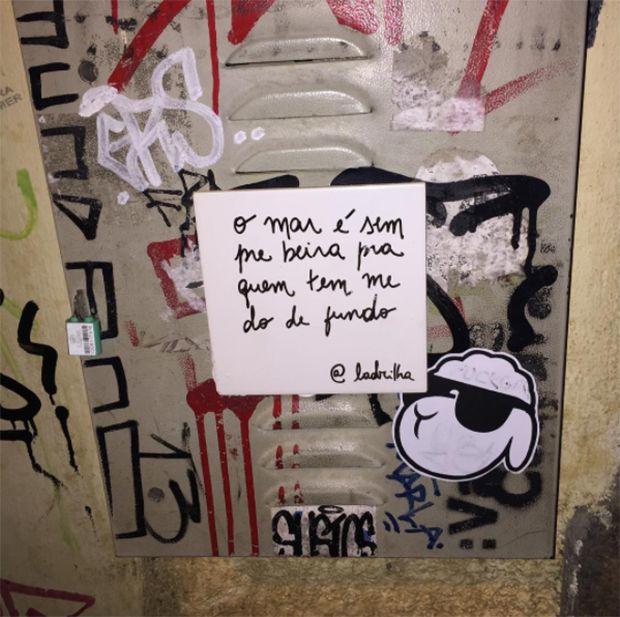 Criado pela jornalista Fernanda Moreira, o projeto Ladrilha nasceu da necessidade de levar mais amor para as ruas eespalhar pequenas mensagens de poesia.