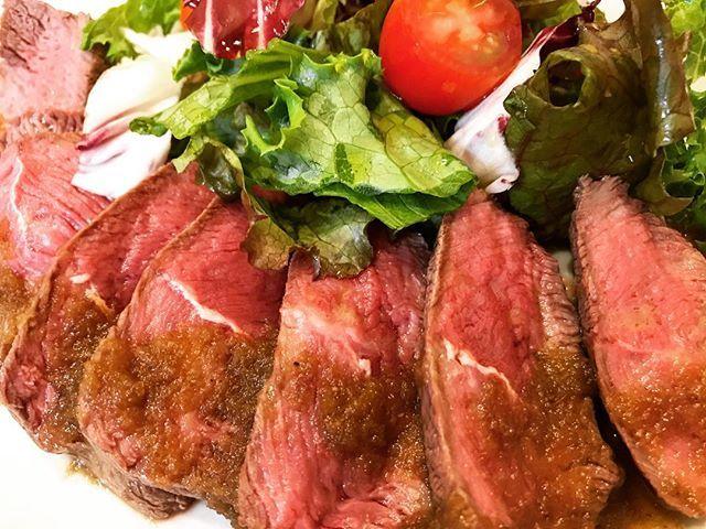 1頭からほんの少ししかとれない希少部位のミスジ(肩の内側)がはいりました!しっとりと柔らかい仕上がりになっています!! 玉ねぎとりんごのソースをたっぷりと絡めて試してみてはいかがでしょうか?? #北区#王子#王子駅#肉屋のイタリア酒場マリオ#肉#肉肉#肉肉肉#牛#牛ミスジ#ステーキ