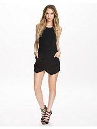 http://nelly.com/se/kl%C3%A4der-f%C3%B6r-kvinnor/kl%C3%A4der/jumpsuit/oneness-1115/wrap-hem-playsuit-111517-14/