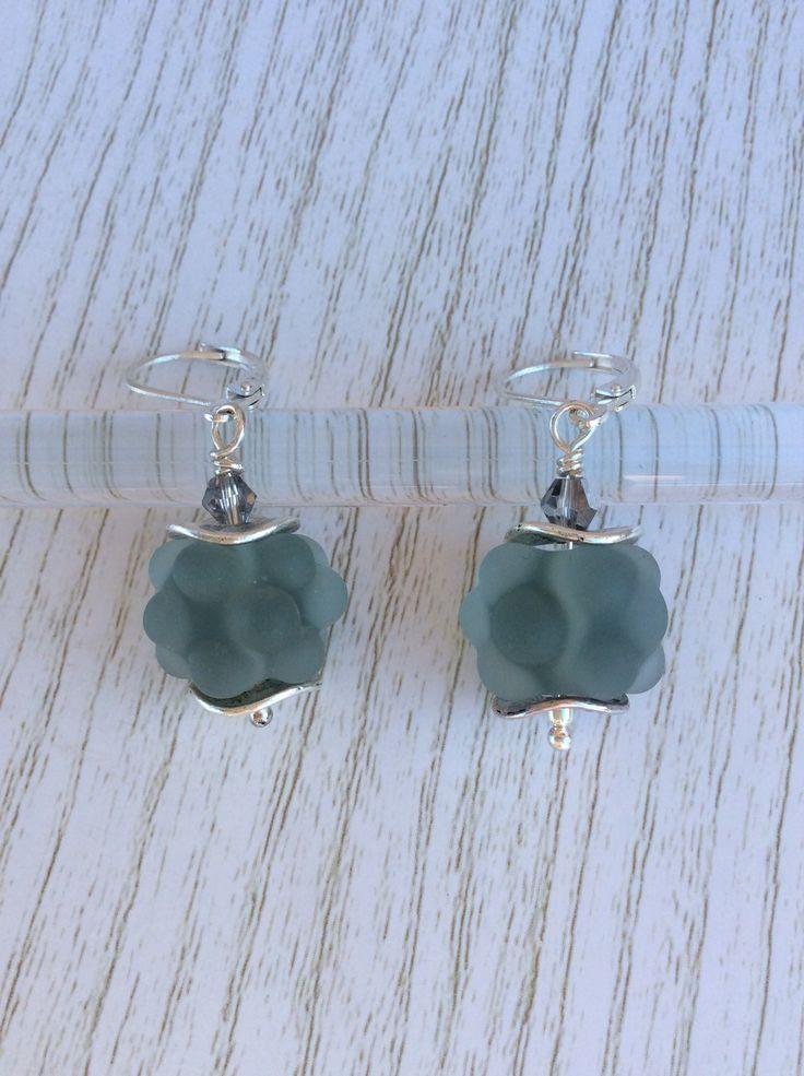 Boucles d'oreilles Argent 925 perles en verre de Murano filé au chalumeau gris-transparent dépoli : Boucles d'oreille par auverredoz