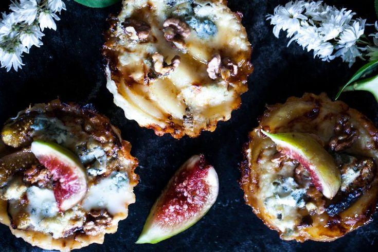 Tartaletky s gorgonzolou, karamelizovaným ovocem a vlašskými ořechy