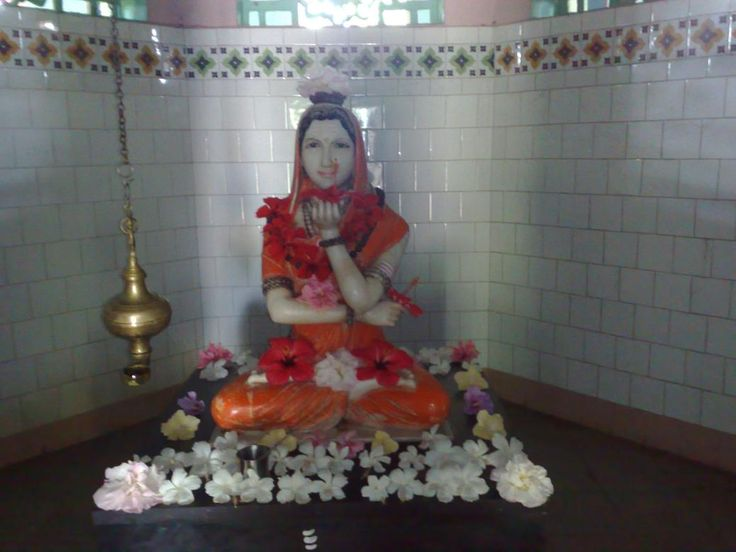 Akka Mahadevi holding Ishta Linga in her Right hand