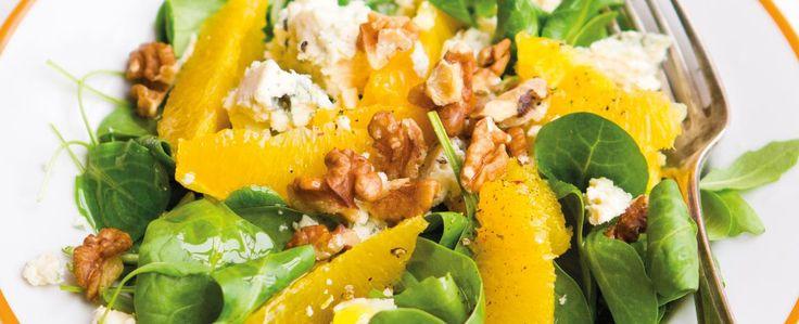 Salátovou směs přesypejte do mísy a promíchejte ji. Pomeranče oloupejte – dělejte to nad menší miskou, abyste zachytili pomerančovou šťávu, a pak...