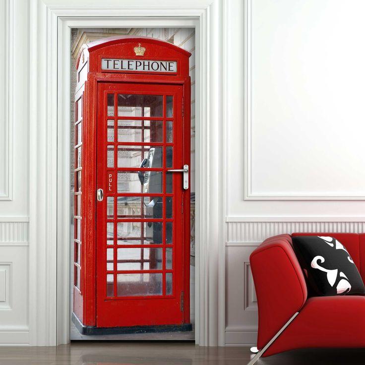 De ideale manier om lelijke deuren te maskeren: deze deursticker met typische Engelse telefooncel!