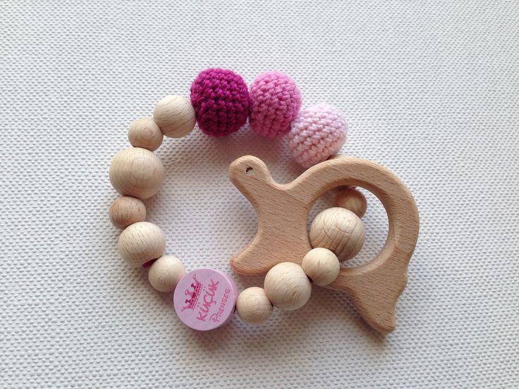 Greifling/Beißring aus Naturholz mit gehäkelten Perlen und Motivperle