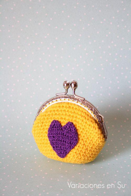Monedero de ganchillo con corazón // Crochet coin purse with a heart motif