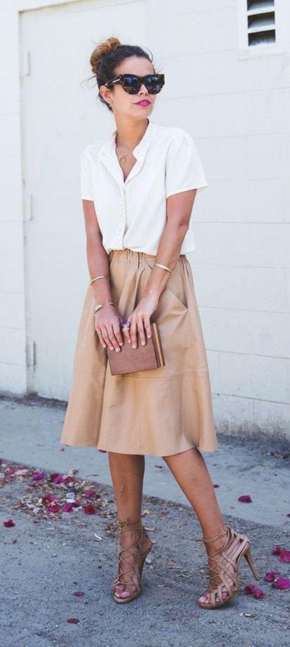 Midi Rock camelfarben, mit Heels, weißer Bluse und goldenen Accessoires. Klassisch schön und Business geeignet.