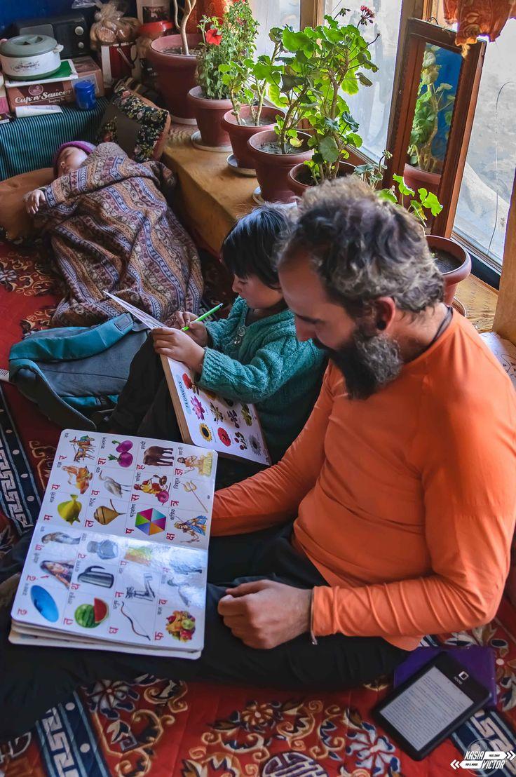 Pangong i szczypta prawdziwego życia  Jezioro Pangong to jedna z największych atrakcji buddyjskiego Ladakh. Położone na wysokości 4200 m, otoczone jest ośnieżonymi szczytami. W turkusowych wodach odbijają się pobliskie pięcio- i sześciotysięczniki, a lazur nieba powoduje, że to najlepsze kadry, jakie będziecie w stanie zrobić waszymi aparatami.