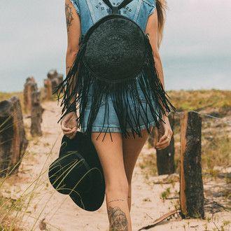 Handmade leather fringe bagpack #mahila #leather #handmade #boho #bohemian #bohoinspiration #genuine #bagpack #bag #fringe www.mahilacouro.com.br