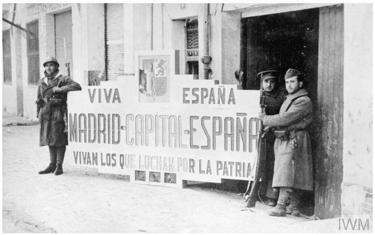 De los fondos de la web del Imperial War Museum Británico:   Tropas republicanas posan tras la toma de Teruel con un gran cartel preparado por los nacionalistas para su entrada en Madrid. (Recordad que la ofensiva republicana sobre Teruel fue un ataque preventivo para evitar la inminente ofensiva sobre Madrid desde la zona de Aragón-Guadalajara).