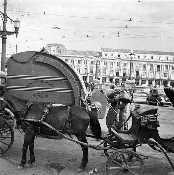 Así era Bogotá hace más de 50 años! - Colombia me gusta - Carruaje 1930 - Así se recolectaba la basura en 1930.