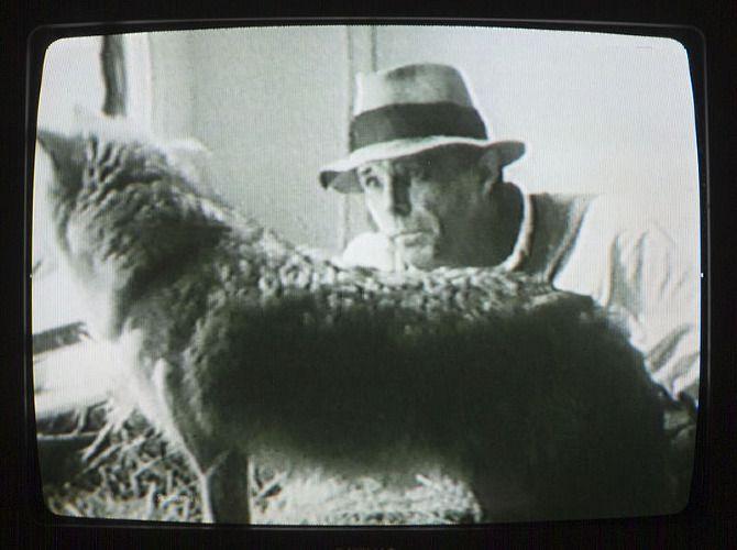 Uno de los sucesos que marcó la trayectoria y visión de libertad del artista alemán Joseph Beuys ocurrió durante el invierno de 1943 mientras piloteaba un bombardero y ocurrió el accidente que marcaría su camino como artista: su avión se estrelló en Crimea, lugar donde los tártaros le salvaron la vida al envolverle el cuerpo …