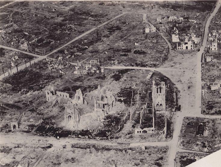 Ypres fue probablemente la gran ciudad a la que mayor grado de destrucción se sometió. Urbe clave para el control de Flandes Occidental, la artillería se cebó con sus edificaciones. En la imagen se aprecia hasta qué punto quedó su silueta desdibujada por el efecto de los morteros. La Primera Guerra Mundial fue la primera gran guerra moderna en la que el efecto devastador del armamento de alto desarrollo tecnológico se hizo visible a todos los niveles. Ypres lo sufrió en sus propias carnes, y…