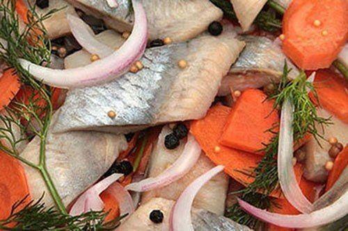 Эта рыбка со стола сметается в первую очередь. Приготовленная таким образом селедка получается нежная, сладкая, сочная и очень, очень вкусная.