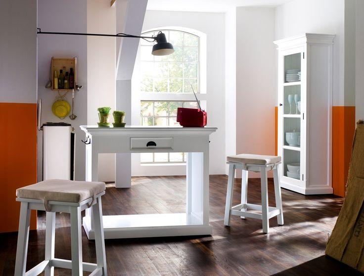 Hvidmalet køkkenbord med to skamler, skuffe