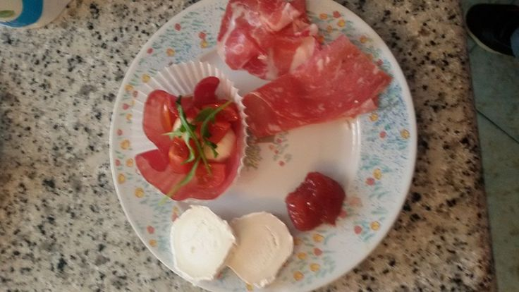 Fette di briè caprino con marmellata di fragole, salame, coppa e nido di bresaola con mozzarelline, pomodorini e rucola