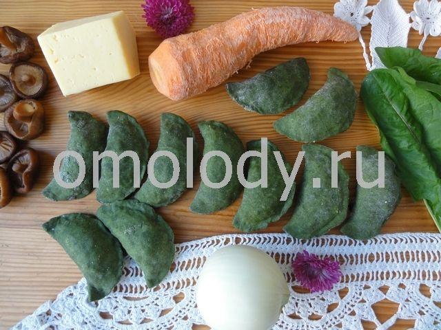 Пельмени тортеллини из зеленого теста с грибами, одуванчиками, морковью и сыром