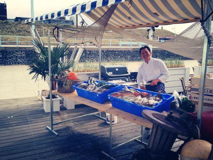 De wekelijkse vismarkt, met verse vis van de BBQ.
