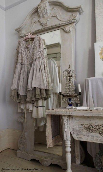 Потертая мебель, тусклый хрусталь и вылинявший текстиль