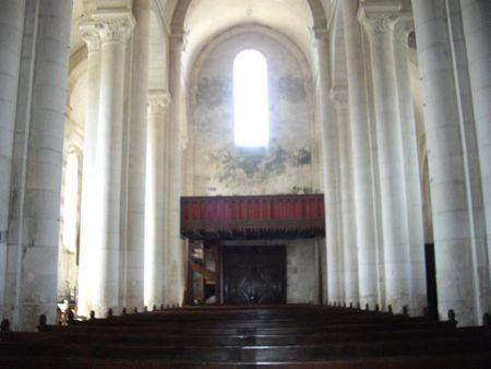 """50- Nef de l'église Ste-Eulalie de Secondigny. - § SECONDIGNY: .. indépendant des abbayes et prieurés défaillants, et pourvues d'un logis """"la cure"""". Les curés sont obligés de tenir les registres d'état civil. Les évêques multiplient les ordinations, s'adjugeant ainsi les revenus perçus à cette occasion. Les vicaires sont donc nombreux, le diocèse de Luçon dont dépend Secondigny compte une moyenne de 8 vicaires par paroisse. L'opération provoque un clergé misérable faute de ressource."""