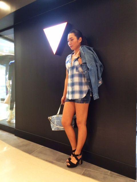 ブルーでまとめたカジュアルコーデは胸元が広めに開いたシャツがワンポイントに♪ デニムBAGは大人気モデルです!! オーバーサイズジャケットを合わせてトレンド感を演出できます!!  ジャケット¥21,900+TAX  シャツ¥7,900+TAX ショートパンツ¥6,900+TAX  BAG¥14,900+TAX