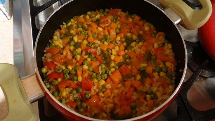 En esta ocasión les traigo otra receta de cocina extra fácil, un rico arroz a la mexicana, un platillo típico por excelencia en la zona bajío de México. Espero lo disfruten. Conoce mas en: http://lauraruvalcabadesigns.blogspot.mx/