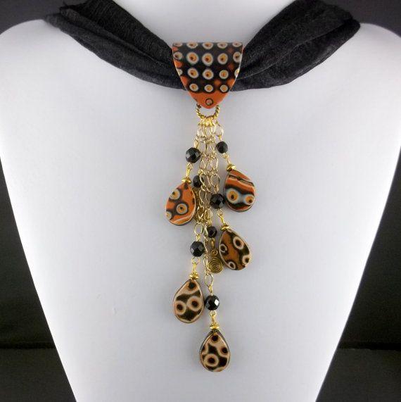 Questa collana della sciarpa è il nostri propri disegni originali della nostra collezione di gioielli di sciarpa. Il modello unico in questo pezzo