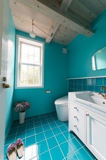 ターコイズブルーのタイルが鮮やか! 清潔感あふれるトイレ。