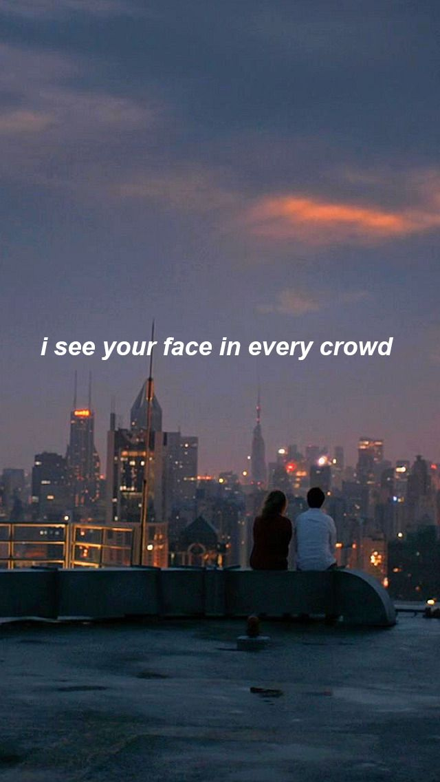 Eu vejo seu rosto em cada multidão.