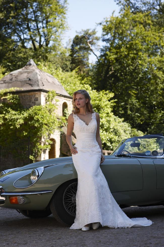 It is the true protagonist of the bride, 2014, and has always been considered a romantic fabric, suitable to embellish any outfit. But there are many types of Simple Lace Wedding Dress?
