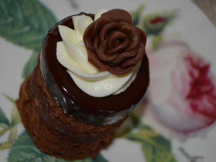 Amandine insiropate cu ganache de ciocolata