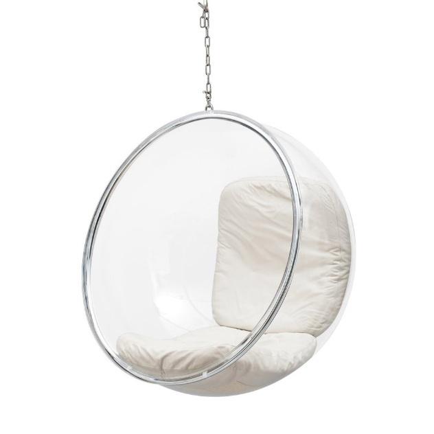 A cadeira Bubble, criada por Eero Aarnio nos anos 1960, é um clássico do design. Nessa versão, a peça é composta por aro em aço inox, corrente galvanizada com 1,6 m de comprimento e mosquetões em aço. A bolha é de acrílico estofada com almofadas em couro ecológico. Custa R$ 3.529 (+ frete) na Essência Móveis (www.essenciamoveis.com.br)   Preço pesquisado em março de 2013 e sujeito a alterações