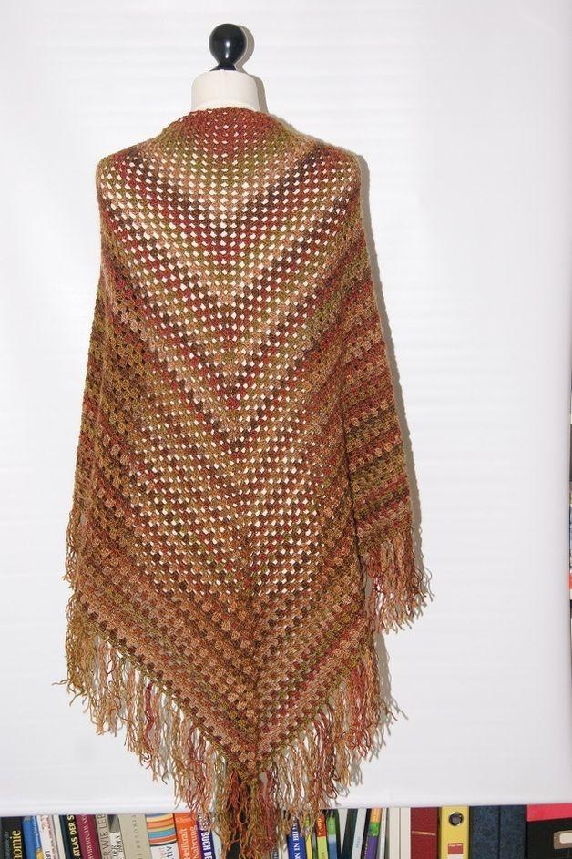 Von Hand gehäkeltes Dreieckstuch aus hochwertiger Wolle mit Farbverlauf. Die Stola ist ein unverzichtbarer Begleiter durch alle Jahreszeiten.Über den Mantel als Schal getragen im Winter, in lauen...