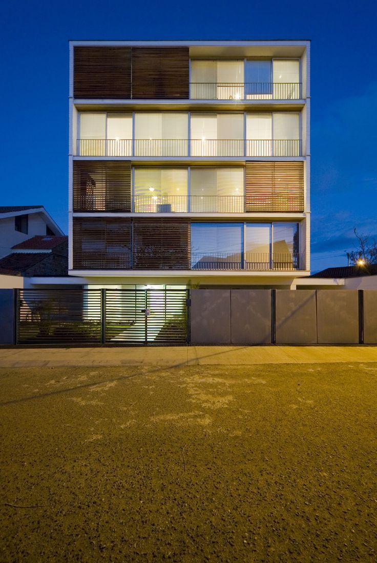 O edifício localiza-se na cidade de Cuenca, cujo ângulo de incidência solar é praticamente perpendicular, com variação de 23 graus nos equinócios de...