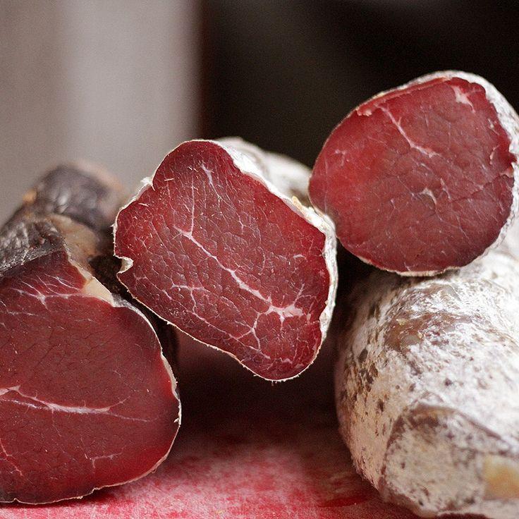 Белый налет на вяленом мясе - признак того, что мясо правильно готовилось. Налет - это особый плесневый грибок. Плесень должна быть именно белая, не путайте с сыром.
