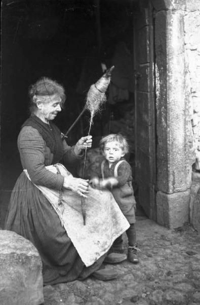 Simone Magnolini (1895/ 1982):  Filatura della lana - Donna anziana con fuso, Borno (BS), Italia, 1919 - 1927