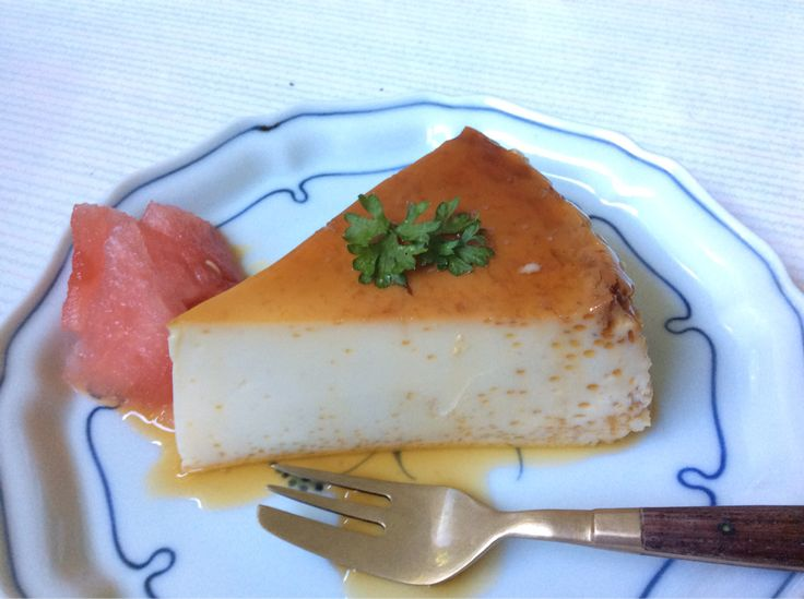 I made some custard flan! The combination of the simple flavours of eggs, milk and sugar makes a delicious dessert! プリン。卵と牛乳と砂糖のシンプルなコンビネーションがいいね。