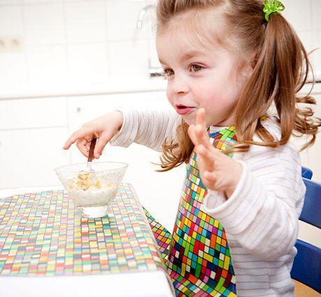 Bavetton este o babetica supradimensionata din musama  (se curata cu un burete), care creaza un `buzunar` intre copil si masa. Cu doua sisteme de prindere; puteti sa o desfaceti si sa o strangeti de cate ori doriti, pastrand totul (inclusiv copilul) curat.  Pentru copii in varsta de 2-5 ani.