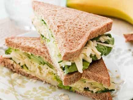 ऐसे बनाएं चीज़-खीरा सैंडविच