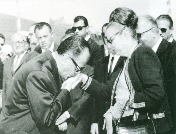1967. Από την τελετή των αποκαλυπτηρίων του αδριάντα του Ελευθερίου Βενιζέλου στα Ιλίσια. Ο Γ. Παπαδόπουλος υποδέχεται την Κάθλην Σοφ. Βενιζέλου.