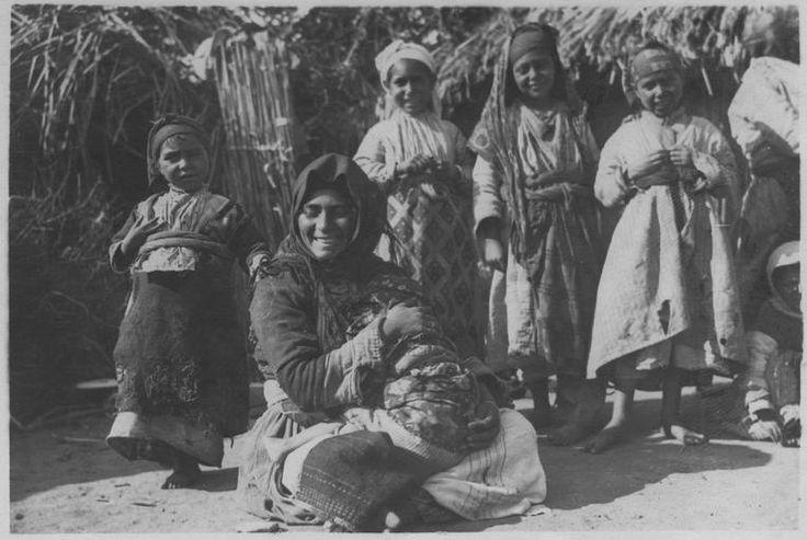 Grèce ; Macédoine centrale ; Thessalonique ; Agios Vasilios Populations civiles dans la région de Salonique (juillet-août 1918). Une famille