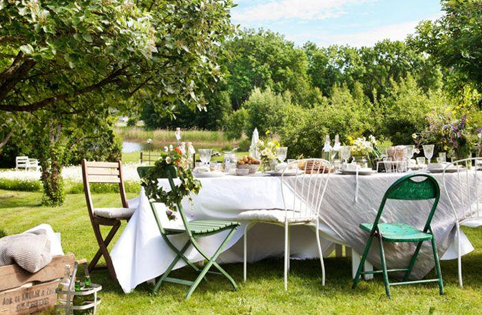 Dags att fira midsommar! Så här lätt gör du en vacker och stämningsfull festdukning med udda stolar, rustika naturmaterial och sommarängens blommor.