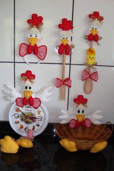 Kit de galinhas para decorar sua cozinha, confeccionado com tecido 100% em algodão. Fazemos de acordo com o gosto da cliente.  Podendo complementar com: Jujuzinha cobre bolo, galinha puxa saco e o que mais a cliente desejar.   Contem 4 itens: Porta pano de prato - R$22,00  /  Kit colher/garfo - R$34,00  /  Galo no relógio - R$45,00   /  Galinha na cestinha - R$40,00 R$ 141,00