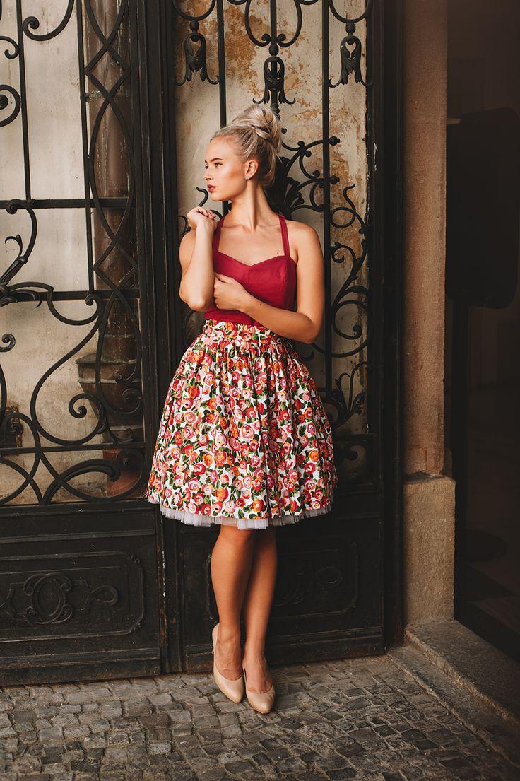 Šaty+Roses+Krásně+elegantní+a+svůdné,+na+ples,+do+divadla+i+na+dovolenou:)+Šaty+inspirované+ve+střizích+50.+let+ušité+z+kvalitní+látky.Srdíčkový+dekolt,+zavazování+za+krk,+odhalená+záda.+Díky+pevnějšímu+živůtku+je+možné+nosit+je+bez+podprsenky.+Na+zádech+skrytý+zip,+v+pase+stuha+na+zavazování.+Skládaná+sukně+s+kapsama.+Velikosti:+(obvod+hrudníku,+obvod+pasu)+XS...