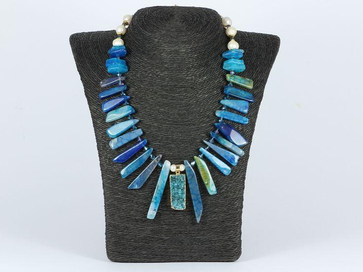 Blue fire crackle agate and pearls http://www.ansi-sieraden.nl/a-47515873/colliers/collier-goud-met-blauwe-agaat-en-parels/