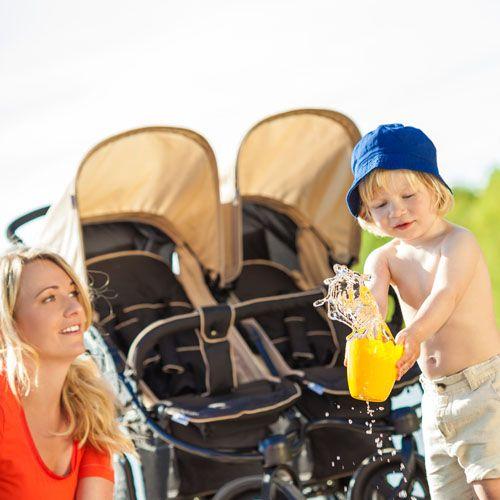 Komfortný a športový kočík pre dvojičky alebo súrodencov na štyroch kolesách. Roadster Duo od Hauck je ideálny dojičkový kočík . je to bugina pre dve malé batoľatá alebo batoľa a dieťa. Vhodný aj od narodenia. Možnosť dokúpenia prenosnej tašky pre novorodenca