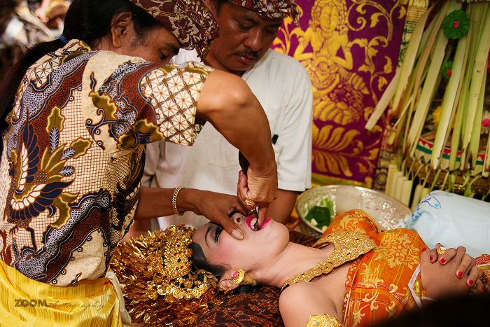 The ceremony MESANGIH (Filing teeth) is one of the most important in the life of the Balinese Hindus, as it means the transition from adolescence to maturity, both women and men, removing impurities to find true human nature.