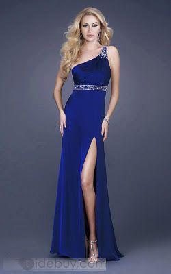 vestido azul con cinturon de diamantes de un hombro