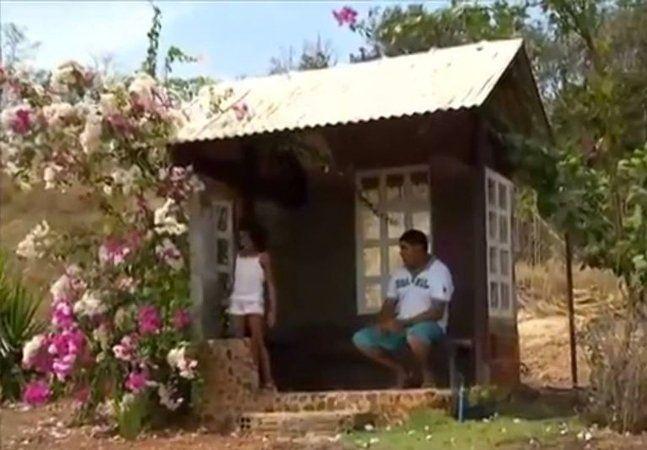 Durante a temporada de chuva ele a via esperando o ônibus com apenas um guarda-chuva para tentar não se molhar. Foi lá e fez uma pequena estrutura para protege-la. E como se não bastasse, esse homemcandidato a 'pai do ano',colocou janelas, pisos e até florzinhas para incentivar a filhota a estudar e a respeitar o próximo. Este é um exemplo de paizão! O caseiro José Paixão Fernandes mora junto da família em uma chácara na zona rural de Palmas, capital do Tocantins. Pai de dois filhos…